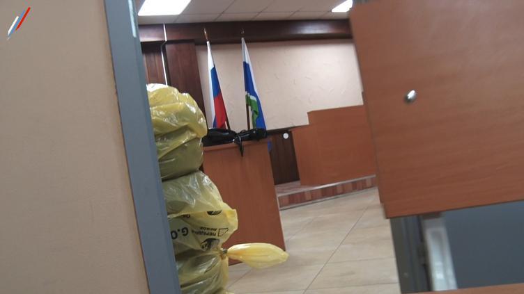 Шиномонтаж на фоне государственных флагов. Октябрьский мировой суд Екатеринбурга