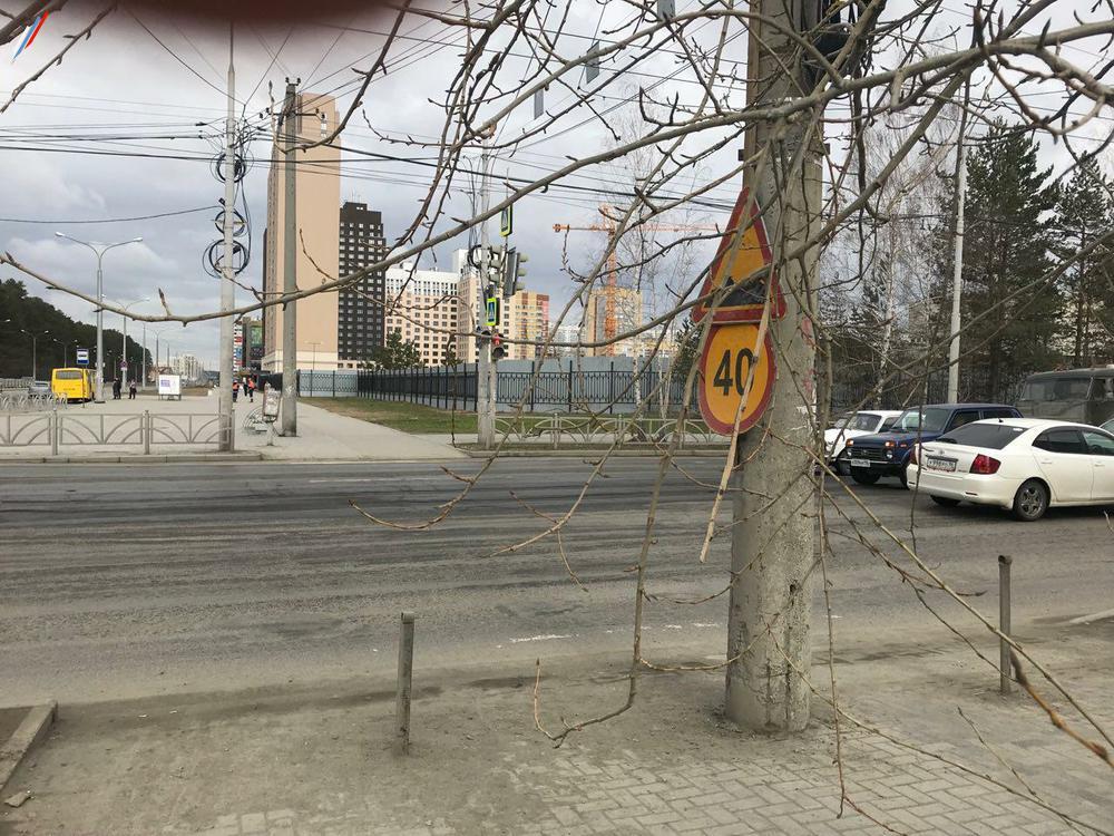 На асфальте видны следы разметки пешеходного перехода