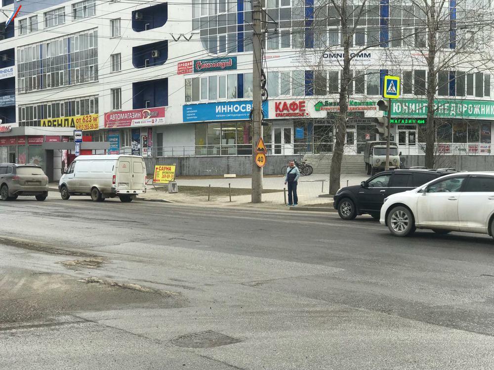 Знак-ограничитель на пешеходном переходе
