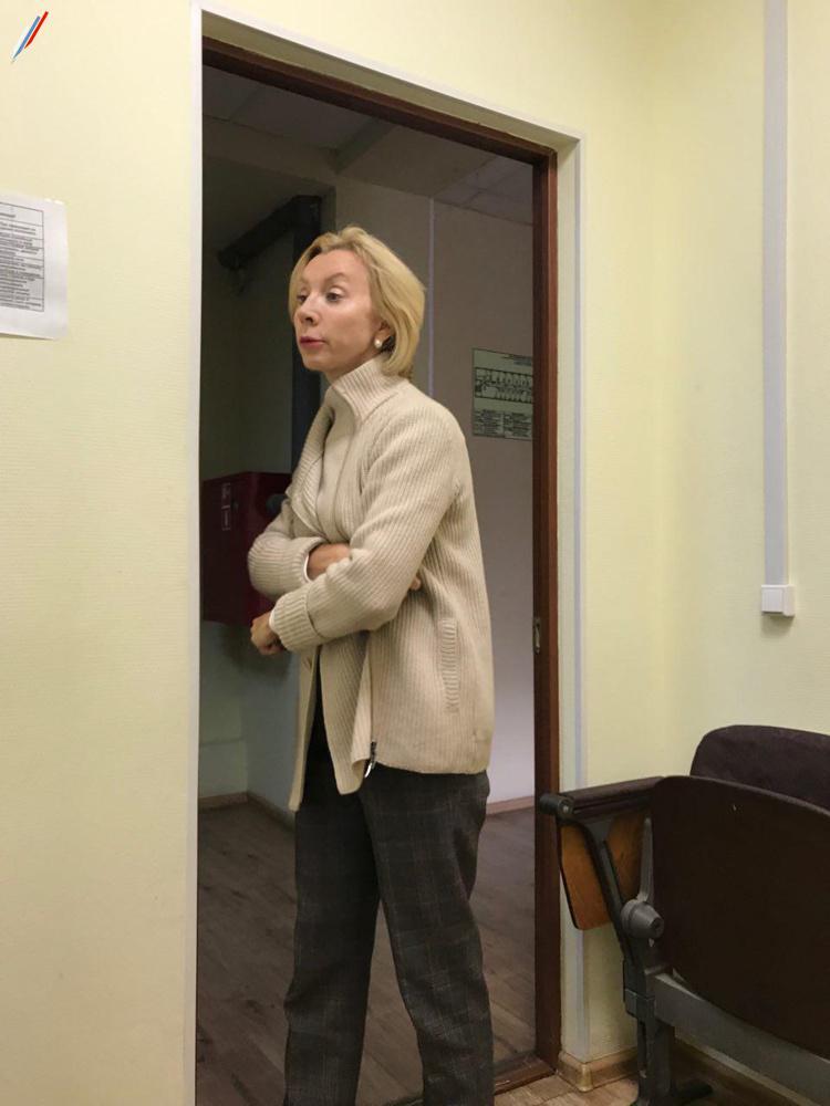Прокурор Виктория Запылихина сбегает с приёма граждан - не в форме.
