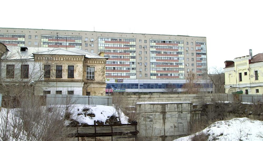 Слева Дом офицеров, справа торговые помещения. Здания - ровесники, построены в 1875г.