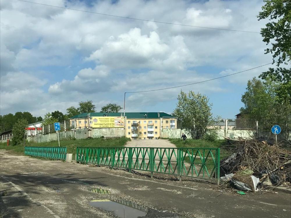"""Перекрытый проезд к магазину """"Магнит"""" на рыночной площади"""