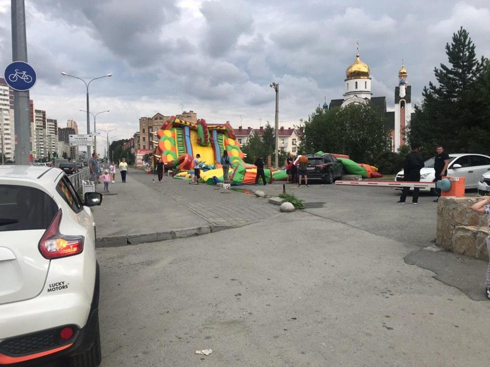 ДТП в Екатеринбурге: кроссовер врезался в надувной батут