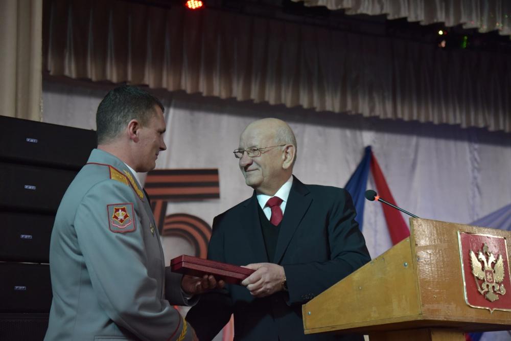 Вячеслав Гладких (слева) получает награду от губернатора Оренбуржья Юрия Берга